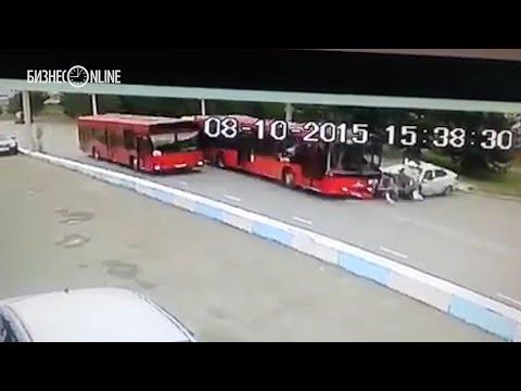 Автобус протаранил такси на улице Закиева в Казани