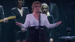 Kelly Clarkson sings &#39God is a woman&#39 by Ariana Grande
