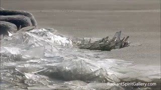 奇跡のネイチャーアート。岸に流れ着いた湖表面の氷がガラスの破片のように積み重なっていく神秘の光景