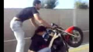 سائق درجة نارية جزائري عجيب في طريق السريع