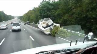 Boat fell off the trailer on the Highway - Lancha caiu na estrada