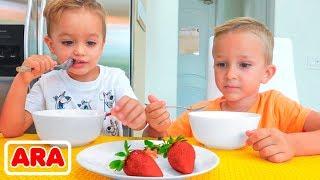 يلعب فلاد و نيكيتا الغميضة  الفواكه في المزرعة