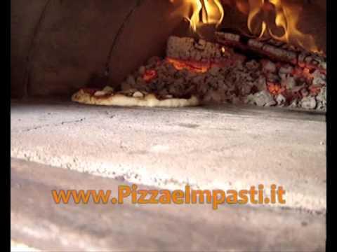 La cottura della pizza nel forno a legna anche da dentro youtube - Forno a legna casalingo ...