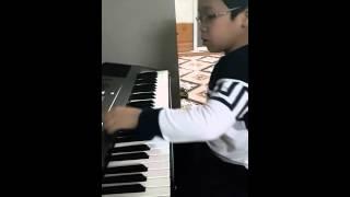Nhật Minh đệm đàn ca khúc Cánh Én Tuổi Thơ