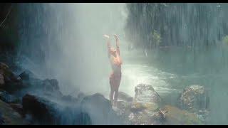 Искупаться в Райском Водопаде ... отрывок из фильма (Притворись Моей Женой/Just Go With It)2011