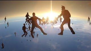 う、美しい…。スカイダイビングの最多人数記録映像がまるでSF映画