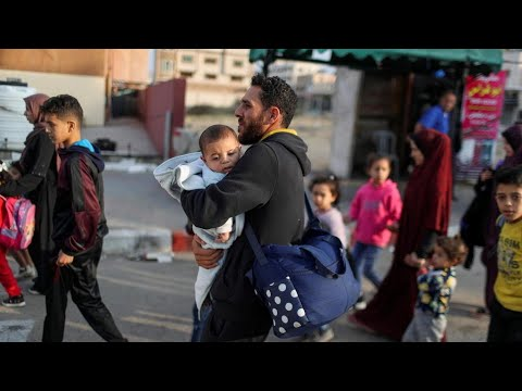 نزوح عائلات فلسطينية من المناطق الحدودية في شرق وشمال قطاع غزة جراء القصف الإسرائيلي  - نشر قبل 2 ساعة