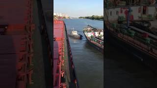 Буксир врізався в поруч стоїть судно!