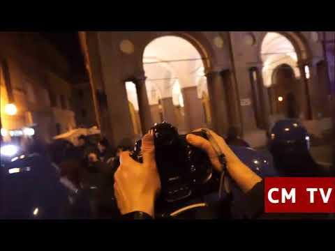 Scontri manifestanti di Forza Nuova contro polizia a Macerata