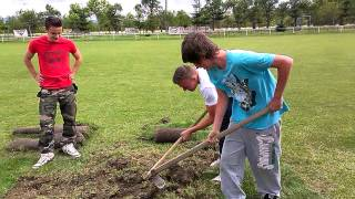 Brigáda OŠK Bošáca dňa 21.06.2014 oprava trávnika 01