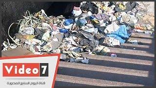بالفيديو.. أكوام من القمامة على سلالم كوبرى 15 مايو