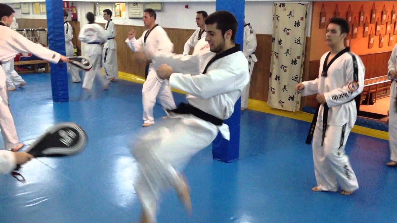 Entrenamiento diario taekwondo gimnasio victoria youtube for Gimnasio victoria