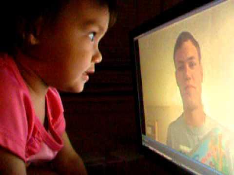 חייל אמריקאי מספר לילדה שלו סיפור דרך המסך