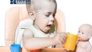 Ребёнок растет - Мальчик играет в куклы