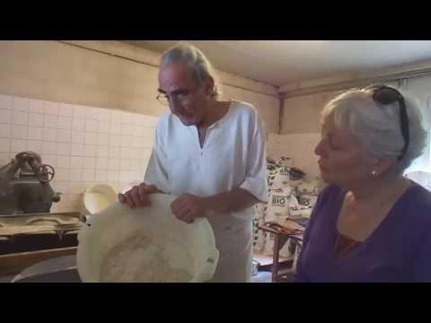 Gérard Lamaison. Du grain au pain. Vend ses pains  au marché bio de Pau