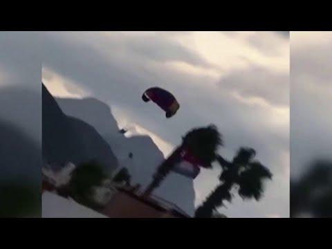 В Турции парашют с российскими туристами оторвался от катера.