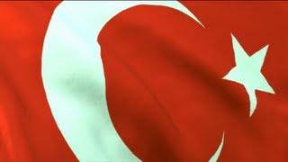 Cumhuriyeti Biz Böyle Kazandık : Mustafa Kemal Atatürk - Uçurumun kenarında yıkık bir ülke.. Türlü düşmanlarla kanlı boğuşmalar.. Yıllarca süren savaş.. Ondan sonra!.. içeride ve dışarıda saygıyla tanınan yeni vata...