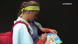 'Where??' Ostapenko runs into trouble when signing autograph
