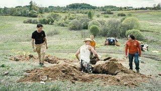【穷电影】4个小伙挖掘古墓,发现里面有一个保险箱,打开后却被吓到了