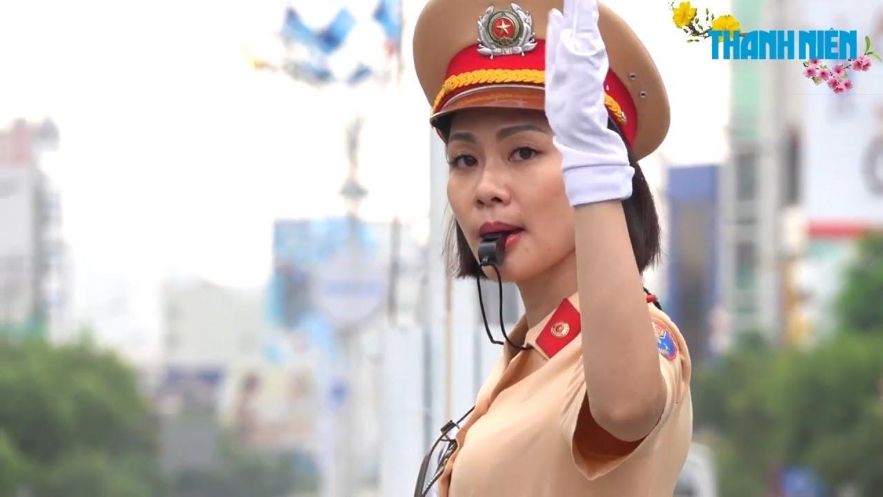 Nữ cảnh sát giao thông xinh đẹp 10 năm không ăn Tết ở nhà