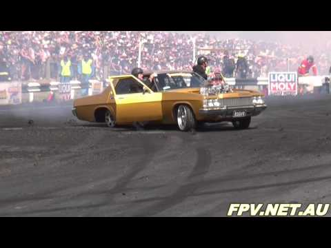 BLOWN V8 HOLDEN STATESMAN ( BIG V8 ) BURNOUT AT SUMMERNATS 25