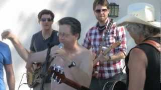 Perry Kurtz Improvises with a Band and gets the Audience Singing along