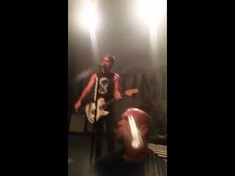 Alex stops concert to help a girl ALL TIME LOW