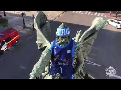 Los Bomberos de Burgos colocan la camiseta del Hereda San Pablo a la estatua del Cid
