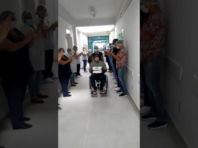 Paciente com sintomas graves da Covid-19 comemora alta hospitalar em Pinheiral