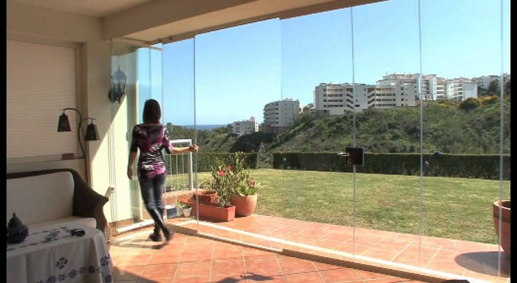 Cortinas de cristal neoglass con puerta central youtube for Cortinas mosquiteras con imanes para puertas