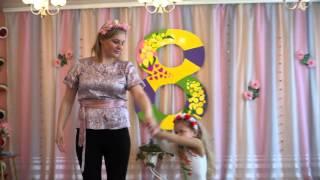 Трогательный танец мамы и дочки в детском саду