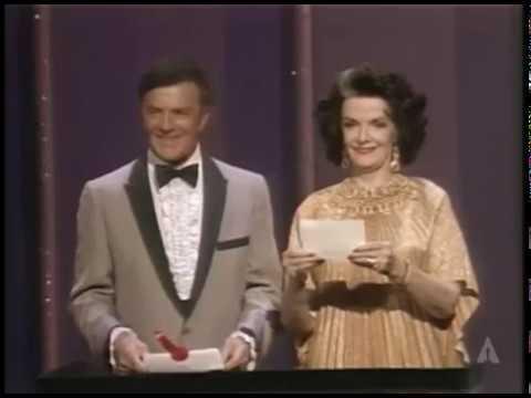 Jane Russell y Cornel Wilde entregan el Oscar al Mejor Maquillaje en 1983
