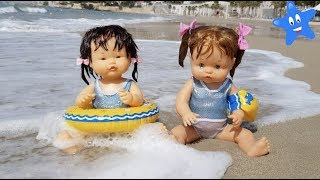 Ani y Ona en la playa con TOBOGANES INFLABLES BARQUITAS thumbnail