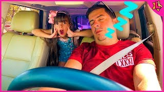 Laurinha teaching dad how to have fun, playing in family between father and daughter