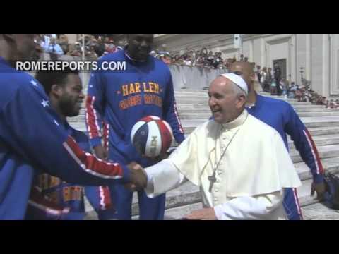 Los Harlem Globetrotters enseñan al Papa cómo girar un balón de basket con un dedo