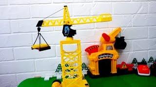 Игрушечный Подъемный кран. Строительная техника для детей. Видео с игрушечными машинами(Видео со строительной площадки, где строители будут собирать строительную технику, а именно подъемный..., 2016-12-17T03:00:01.000Z)