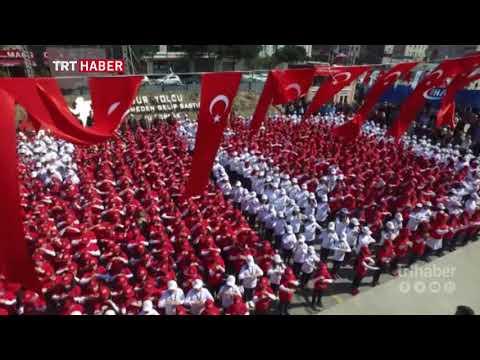 Bağcılar'da 1380 çocuk işaret diliyle İstiklal Marşı'nı okuyarak rekor kırdı.