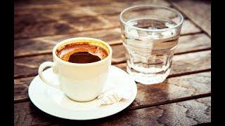 в Турции с кофе подают стакан воды: зачем такое делается
