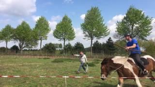 Training tinker voor boogschieten te paard met hulp van freestyle