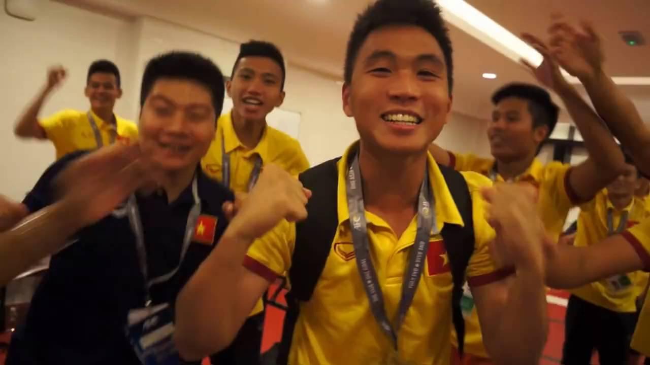 HLV Hoàng Anh Tuấn hôn cờ đỏ sao vàng, U19 Việt Nam hạnh phúc ngập tràn