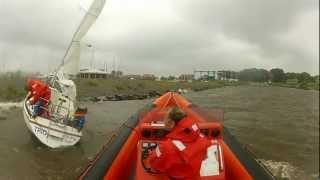 Zeiljacht op de dijk bij Urk