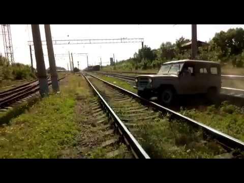 Идиоты поставили под угрозу жизни локомотивной бригады и пассажиров, выехав на путь перед поездом
