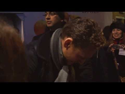 Tom Hiddleston [Coriolanus] 20131209 stage door