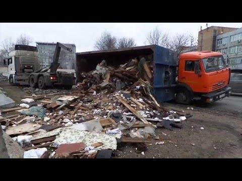 Мусоровоз опрокинулся на юге Москвы