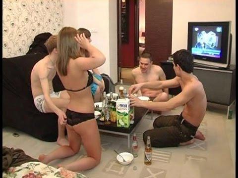 Женщины играют в бутылочку на раздевание фото 451-824