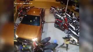 """""""بالفيديو"""" شاهد لحظة اصطدام سائق سيارة بمجموعة من الدراجات المركونة في فيتنام"""