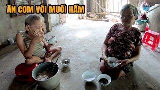 Bữa cơm chan nước mắt của hai chị em khuyết tật chỉ có muối hầm, xị dầu
