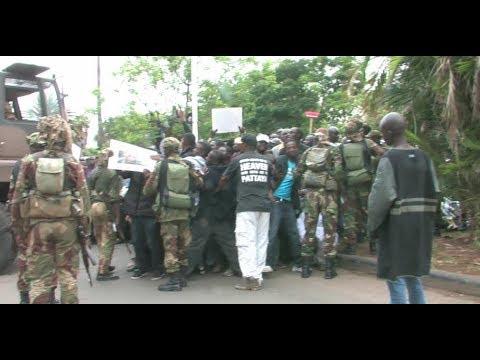 Watch Impatient Zimbabweans Break Army Barricade