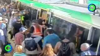 Pasajeros empujan tren para ayudar sacar a otro pasajero atorado