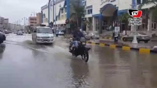 الأمطار الغزيرة تغلق ٤ مداخل بالغردقة والسائحون يلتقطون الصور التذكارية